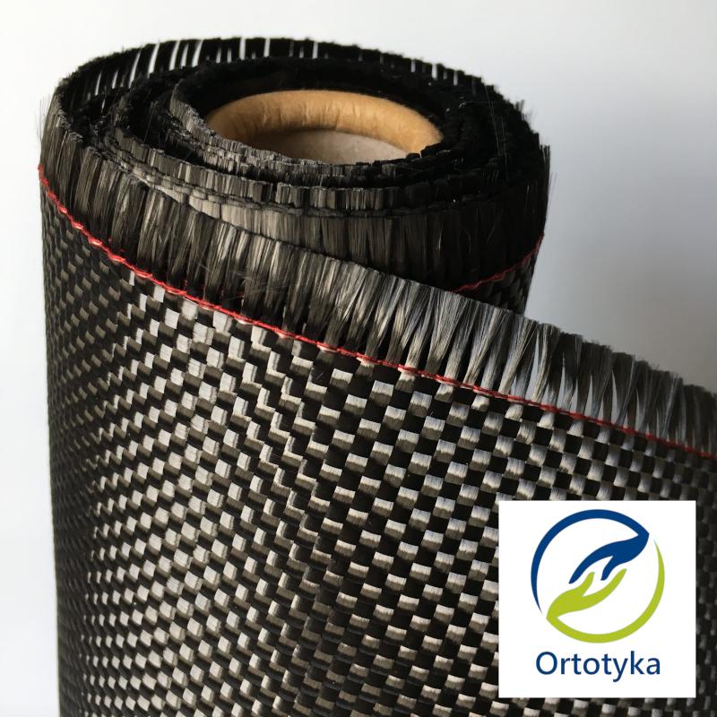 Najczęściej włóknwłókno-węglowe-proteza-nogi-podudzia-uda-stopao węglowe możemy spotkać w postaci tkanin, które splecione są z pojedynczych włókien. Każde z nich, składa się z od 3000 do 12 000 nitek. Co ciekawe jedna taka nitka ma grubość 1/10 ludzkiego włosa. Nitka zaś powstała z setek tysięcy atomów węgla (stąd nazwa włókno węglowe).